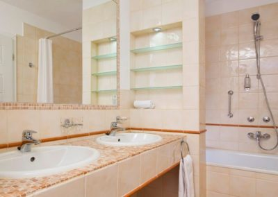 Mamaison Residence Izabella Budapest_Presidential Suite_bathroom_1360x680 (2)